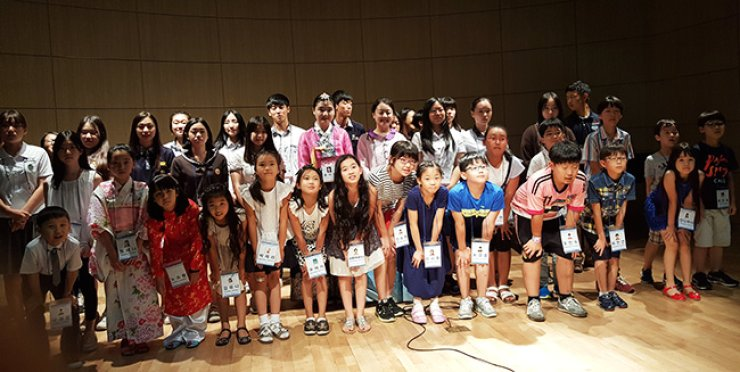 Bilingual speaking contest participants smile onstage at Seoul National University of Education in southern Seoul, Tuesday. / Courtesy of Seoul Metropolitan Office of Education
