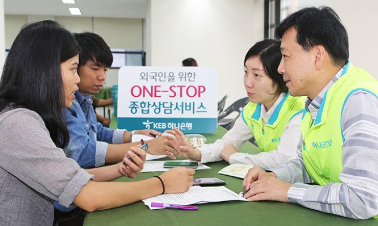 KEB Hana Bank employees provide consulting services for foreign workers at a branch in Ansan, Gyeonggi Province, Sunday. About 300 workers from China, Vietnam, Thailand and Indonesia among others are offered a wide range of services from job consulting to health checkups at the outlet. / Courtesy of KEB Hana