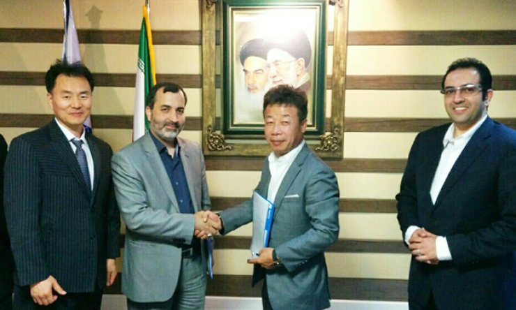 Samwoo E&C CEO Lee Chul-yong, third from left, shakes hands with his Iranian partner after signing an MOA. The mid-tier company signed MOAs for a couple of construction projects in Iran. / Courtesy of Samwoo E&C