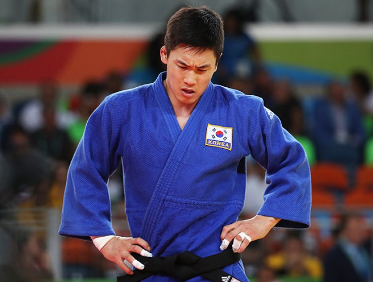 Judoka Lee Seung-su gestures after losing to Bulgaria's Ivaylo Ivanov in the second round of the men's 81 kg event at the Carioca Arena 2 in Rio de Janeiro, Brazil, Tuesday. / Yonhap