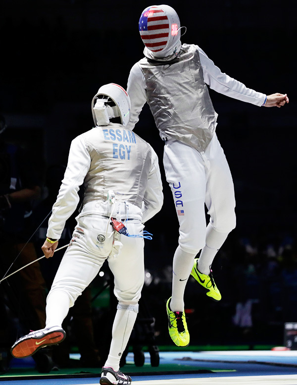 Bogdan Nikishin, left, and Jiao Yuniong from China, competes in the men's epee individual fencing event at the 2016 Summer Olympics in Rio de Janeiro, Brazil, Tuesday, Aug. 9, 2016. / AP-Yonhap