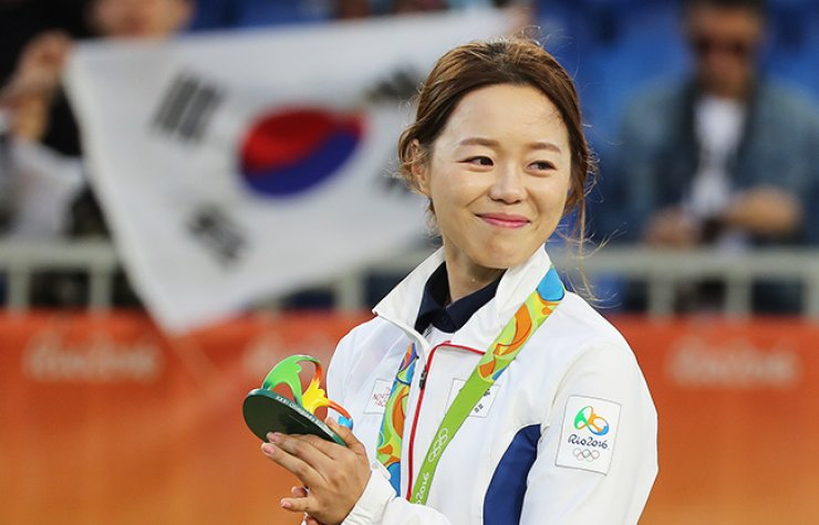 Chang Hye-jin celebrates on the podium at the awards ceremony of the women's individual archery competition at the Sambadrome venue in Rio de Janeiro, Thursday. / Yonhap