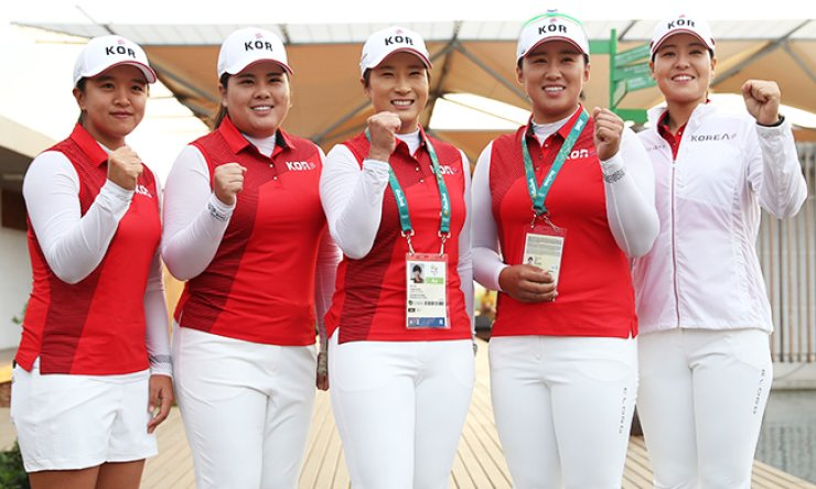 South Korean female golfers (from left) Kim Sei-young, Park In-bee, coach Pak Se-ri, Yang Hee-young and Chun In-gee pose, Monday, after completing their practice rounds for the Rio de Janeiro Olympics women's golf tournament at the Olympic Golf Course, which will tee off today. / Yonhap