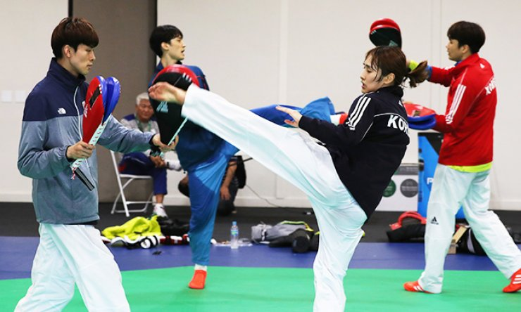 Taekwondo athletes train at Riocentro-Pavillion 5 in Rio de Janeiro, Monday. Taekwondo events at the Rio Olympics start Wednesday. / Yonhap