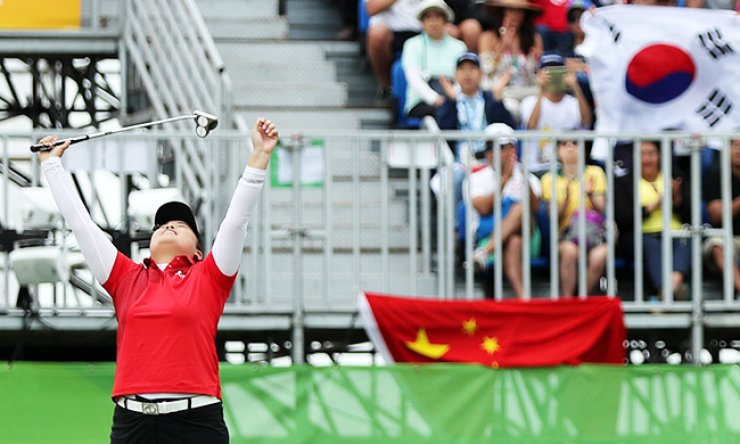 Park In-bee reacts on the 18th hole as she wins the gold medal in the final round of the women's golf event of the Rio de Janeiro Olympics at the Olympic Golf Course, Saturday. Park won the first women's Olympic golf title in 116 years, defeating her New Zealand foe Lydia Ko by five strokes. / Joint press corps