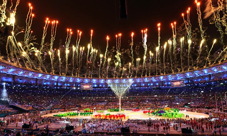 Fireworks goes off after the Olympic flame was extinguished during the closing ceremony for the 2016 Summer Olympics in the Maracana stadium in Rio de Janeiro, Brazil, Sunday. Olympics chief Thomas Bach hailed a 'marvellous' Games in the Brazilian city as Tokyo took up the baton promising to host the best Olympics yet in 2020. / AP-Yonhap