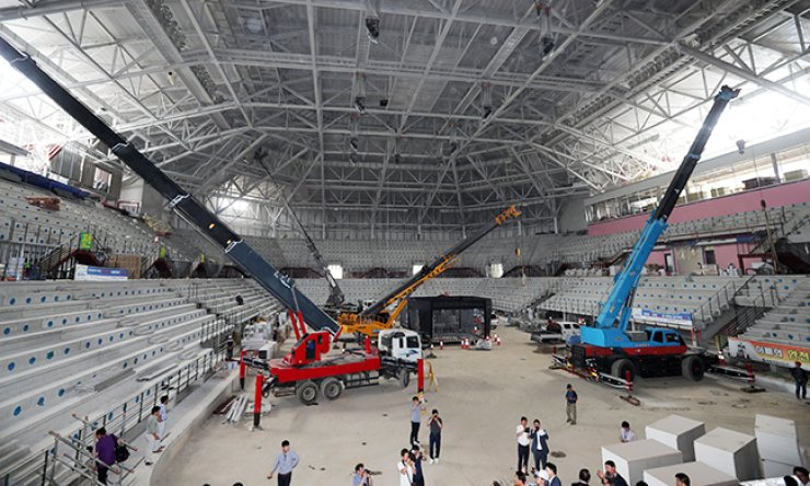 Construction work is under way on the hockey center in PyeongChang, the mountainous eastern city that will host the 2018 Winter Olympics, Monday. The Winter Games will be held Feb. 9-25, 2018, at a 'belt' of venues clustered within 30 minutes of each other. / Yonhap