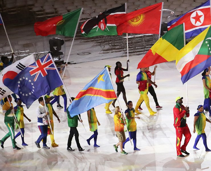 The South Korean flag bearer, lower left, along with the North Korean flag bearer, second from right, enter the Maracana Stadium in Rio de Janeiro, at the Olympics closing ceremony, Sunday. / Yonhap