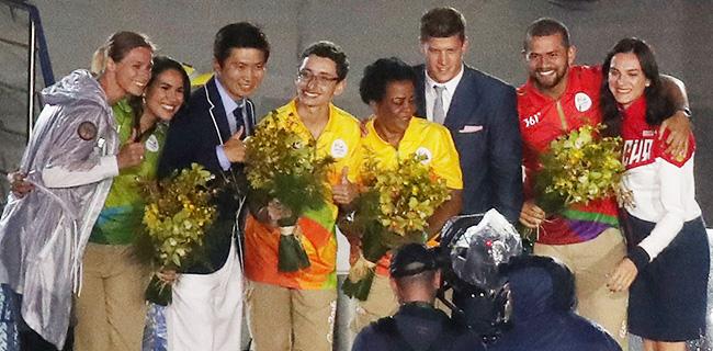 Tokyo Governor Yuriko Koike, right, waves the Olympic flag as Eduardo Paes, mayor of Rio de Janeiro, left, and IOC President Thomas Bach applaud during the closing ceremony for the 2016 Summer Olympicsin the Maracana Stadium in Rio de Janeiro, Sunday. / Yonhap