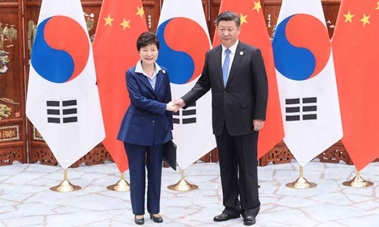 President Park Geun-hye and her Chinese counterpart Xi Jinping shake hands ahead of their bilateral talks on the sidelines of the G20 summit in Hangzhou, China, Monday. / Yonhap