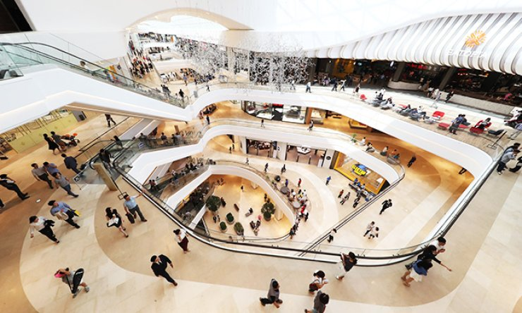 Shoppers tour Starfield Hanam, southeast of Seoul, during a pre-opening event, Monday. Shinsegae and Taubman invested a combined 1 trillion won ($910 million) to open Korea's largest shopping mall by floor space. Starfield Hanam will officially open its door on Friday. / Yonhap