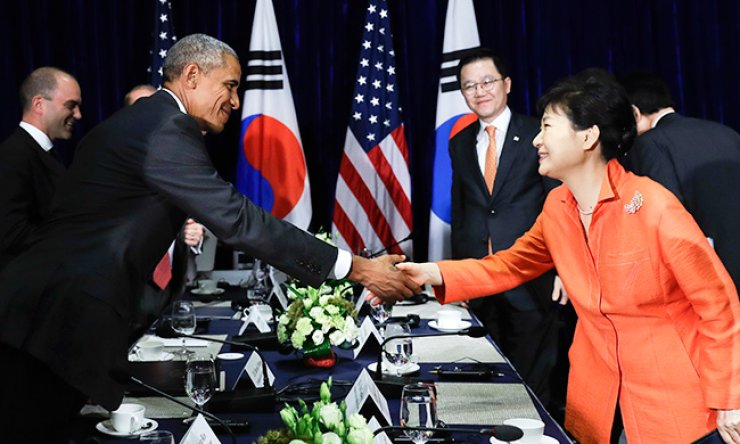 President Park Geun-hye shakes hands with U.S. President Barack Obama after speaking to the media at the conclusion of a bilateral meeting in Vientiane, Laos, Tuesday. / AP-Yonhap