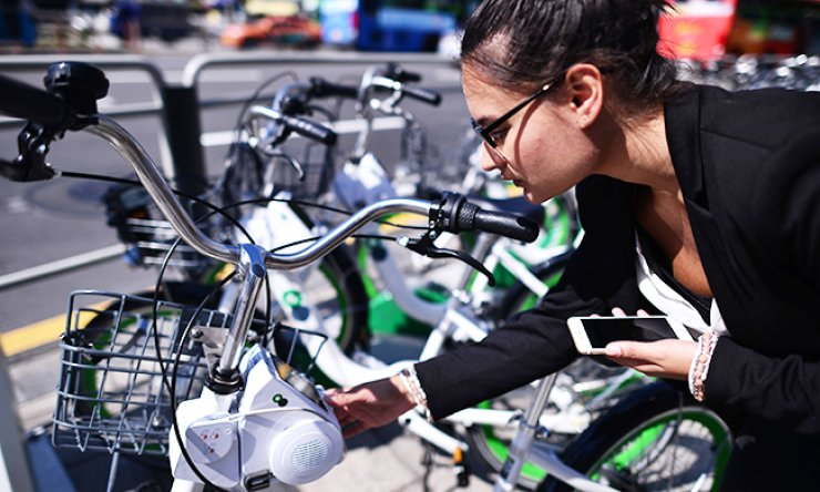 A foreign resident in Seoul tries to learn how to use the city's bike-sharing service 'Ttareungi' at a bike station in downtown Seoul, Tuesday. Many foreign users complain about the complicated registration process for the service./ Korea Times photo by Shim Hyun-chul