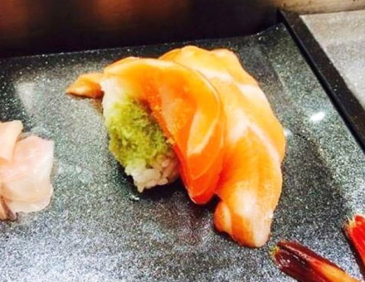 A photo of sushi with an excessive amount wasabi served at Ichibazushi, a restaurant in Osaka, posted on an online community of Korean travelers. / Captured from internet