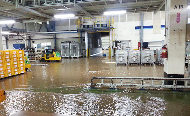 Taehwa Market in Ulsan is flooded after typhoon Chaba struck the region, Wednesday. The typhoon caused five deaths with one person missing, as well as property damage on Jeju Island and southern coastal areas. / Yonhap