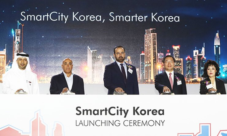 Dubai Holding Chairman Mohammed Abdullah Al Gergawi, center, and Incheon Mayor Yoo Jeong-bok, second from right, press a button to celebrate the launch of a project to build a mega-sized self-sufficient town in Incheon in an event held at Dongdaemun Design Plaza in Seoul, Thursday. / Yonhap