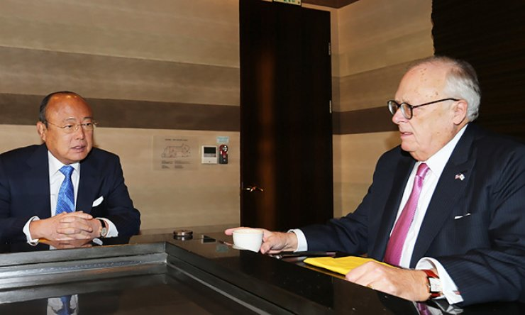 Hanwha Group Chairman Kim Seung-youn, left, talks with Edwin Feulner Jr., the former president of The Heritage Foundation, at the Plaza Hotel in downtown Seoul, Tuesday. The two discussed a wide range of issues, including Hanwha's overseas ventures and Korea-U.S. relations. / Courtesy of Hanwha Group