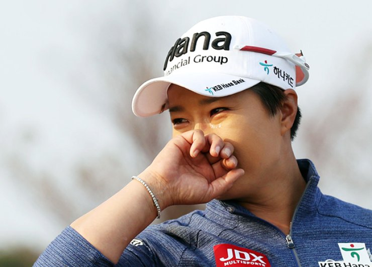Pak Se-ri wipes away tears as her fellow players bid her farewell after the first round of the LPGA KEB Hana Bank Championship, Thursday. Retiring Pak played her final tournament at the Sky 72 Golf &Resort Ocean Course in Incheon. / Yonhap