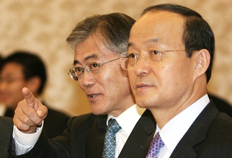 Moon Jae-in, left, then presidential chief of staff, talks with Song Min-soon, then foreign minister, during a meeting at Cheong Wa Dae in this file photo taken in March 2007. / Yonhap