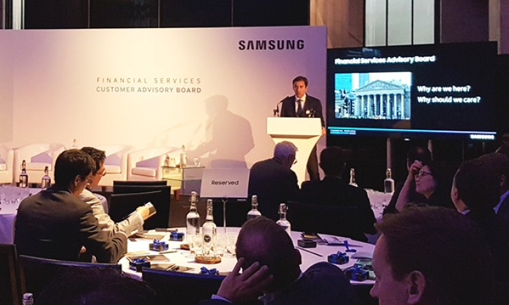 A Samsung SDS executive introduces the company's mobile financial security service for visitors from major European financial institutions during a briefing session in London, Tuesday (local time). / Courtesy of Samsung SDS