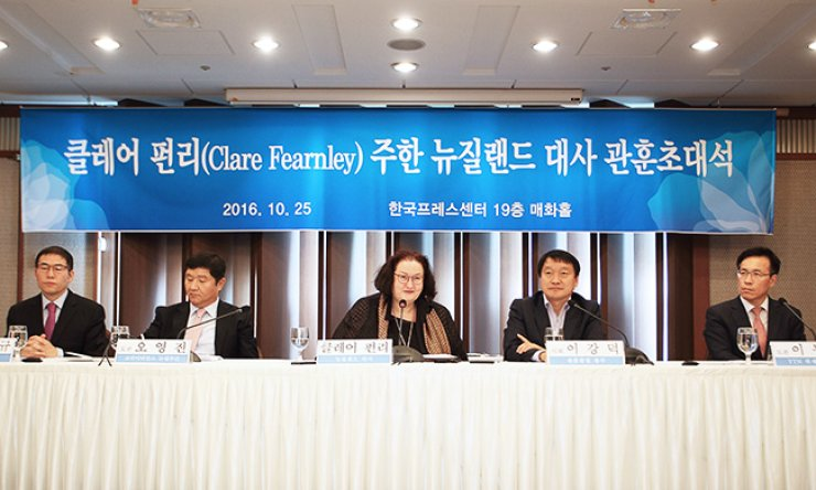 New Zealand Ambassador to Seoul Clare Fearnley, center, speaks during a breakfast talk sponsored by the Kwanhun Club at the Press Center, Tuesday. The panelists, from left, are Segye Times international department editor Cho Nam-kyu, Korea Times chief editorial writer Oh Young-jin, KBS digital news department chief Lee Kang-duk and YTN deputy managing editor Lee Dong-won. / Courtesy of Kwanhun Club