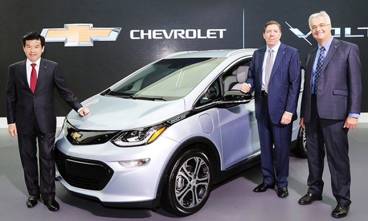 GM Korea CEO and President James Kim, left, poses with GM International Vice President of Planning and Program Management Lowell Paddock, center, and GM Electrification Engineering deputy director Martin Murray, with the all-new Bolt EV during the 2016 Korea Electric Show at COEX in Samseong-dong, southeastern Seoul, Wednesday. / Courtesy of GM Korea