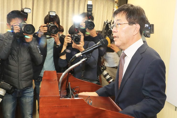 Lee Young-ryeol, head of the Seoul Central District Prosecutors' Office who will lead a special team to investigate a scandal surrounding President Park Geun-hye's confidant, Choi Soon-sil, speaks to reporters at his office in Seocho, southern Seoul, Thursday. / Yonhap