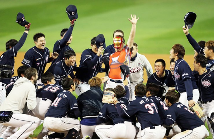 Doosan Bears players celebrate winning this year's Korean Series title by crowding starting pitcher Yu Hui-kwan, after defeating the NC Dinos 8-1 in the fourth game at Masan Stadium in Changwon, South Gyeongsang Province, Wednesday. With the victory, the Doosan Bears completed a clean sweep of the best-of-seven match-up. / Yonhap