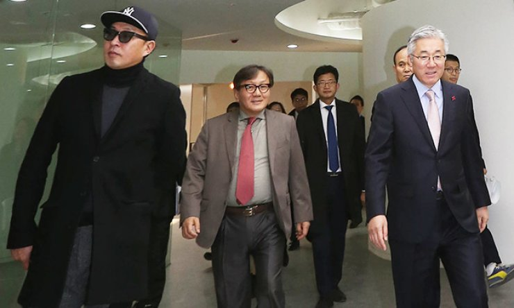 Visual arts director Cha Eun-taek, left, a key figure in the influence-peddling scandal involving President Park Geun-hye's confidant Choi Soon-sil, walks with former Culture Minister Kim Jong-deok, right, and former CEO of the Korea Creative Content Agency Song Sung-gak, center, at the creative convergence center in downtown Seoul in this December file photo. Cha is suspected of helping Song and Kim, his longtime acquaintances, take government positions through his connection with Choi. / Yonhap