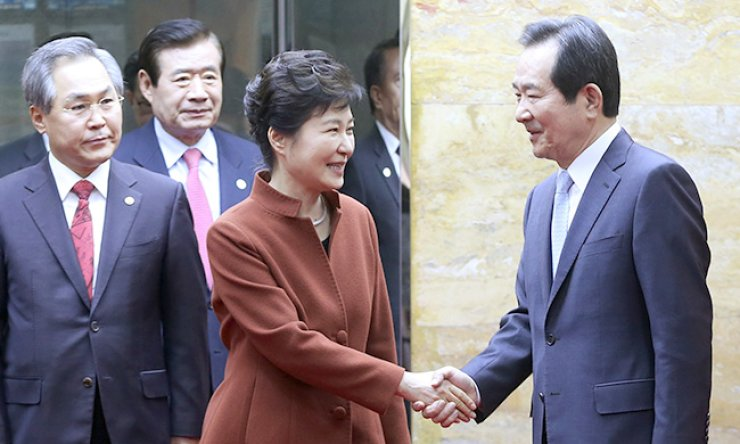 President Park Geun-hye shakes hands with National Assembly Speaker Chung Sye-kyun ahead of their talks at the latter's office, Tuesday. Park, facing her worst leadership crisis, indicated that she will hand over control of the Cabinet to a prime minister recommended by the National Assembly. / Korea Times photo by Ko Young-kwon