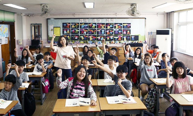 Students at Gwangduk Elementary School in Ansan, Gyeonggi Province, rejoice over the news in September that their school had been chosen as one of the candidate institutions to benefit from Samsung Electronics' smart school program./ Courtesy of Samsung Electronics