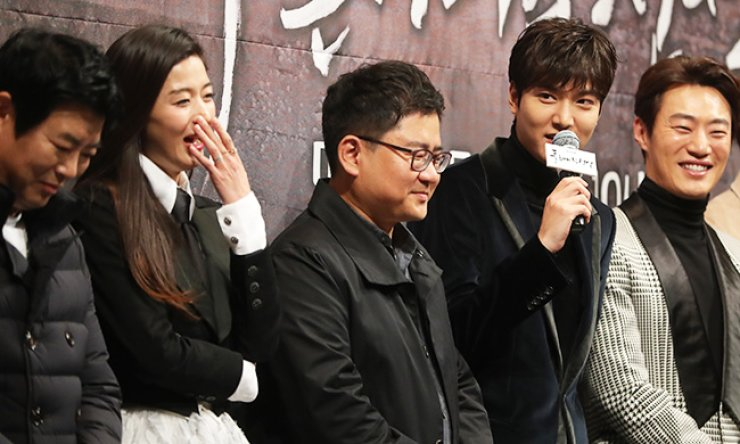 Lee Min-ho, second from right, speaks during the press conference for the SBS fantasy romance drama 'The Legend of the Blue Sea' at Imperial Palace in Nonhyeon-dong, southern Seoul, Monday. Jun Ji-hyun, second from left, and director Jin Hyuk, third from left, attended the event. / Yonhap