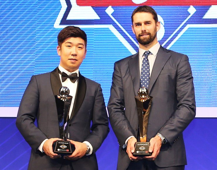 The Doosan Bears' Dustin Nippert, right, MVP award winner of this year's Korea Baseball Organization (KBO) League, poses with the Rookie of the Year award winner Shin Jae-young of the Nexen Heroes during the awarding ceremony at the K Hotel Seoul, Monday. / Yonhap