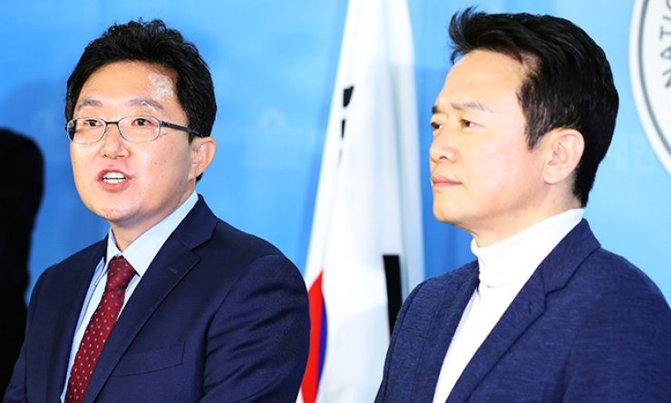 Gyeonggi Province Governor Nam Kyung-pil, right, and Rep. Kim Yong-tae announce their decision to quit the Saenuri Party during a press conference at the National Assembly, Tuesday. / Yonhap