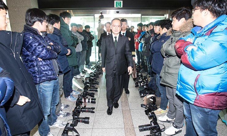 Photo journalists refuse to take photos of Japanese Ambassador to Seoul Yasumasa Nagamine entering the Ministry of National Defense in Seoul, Wednesday, as part of their boycott of covering the signing of the General Security of Military Information Agreement between Seoul and Tokyo. The photographers protested the ministry's decision not to make public the scene of the signing. / Joint press corps