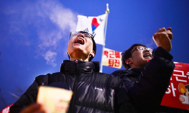 Protesters chant a slogan 'Park Geun-hye should step down' at Cheongun-dong, just 200 meters away from Cheong Wa Dae during a rally, Saturday. / Korea Times photo by Shim Hyun-chul
