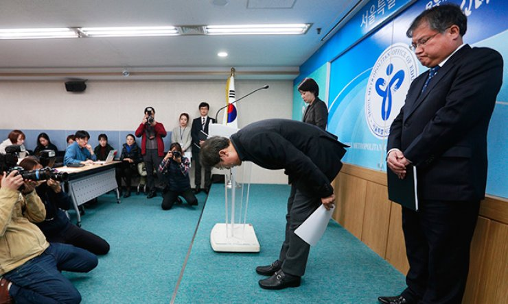 Seoul Metropolitan Office of Education Superintendent Cho Hee-yeon bows during a media briefing at the office in Seoul, Monday, to apologize for the poor supervision of Seoul Chungdam High School, which fabricated the grades and attendance of Chung Yoo-ra, the daughter of President Park Geun-hye's scandal-ridden confidant Choi Soon-sil. The office has decided to annul Chung's graduation. / Yonhap
