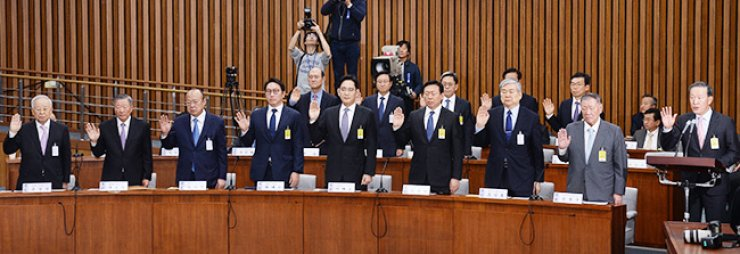Samsung Group Vice Chairman Lee Jae-yong, fifth from left, swears in as a witness before a National Assembly hearing into the Park Geun-hye scandal with eight other leaders of the country's biggest conglomerates, Tuesday. They are, from right, Huh Chang-soo, GS Group Chairman and leader of the Federation of Korean Industries; Hyundai Motor Group Chairman Chung Mong-koo; Hanjin Group Chairman Cho Yang-ho; Lotte Group Chairman Shin Dong-bin; Lee; SK Group Chairman Chey Tae-won; Hanwha Group Chairman Kim Seung-youn; LG Group Chairman Koo Bon-moo; and CJ Group Chairman Sohn Kyung-shik. / Korea Times photo by Oh Dae-geun