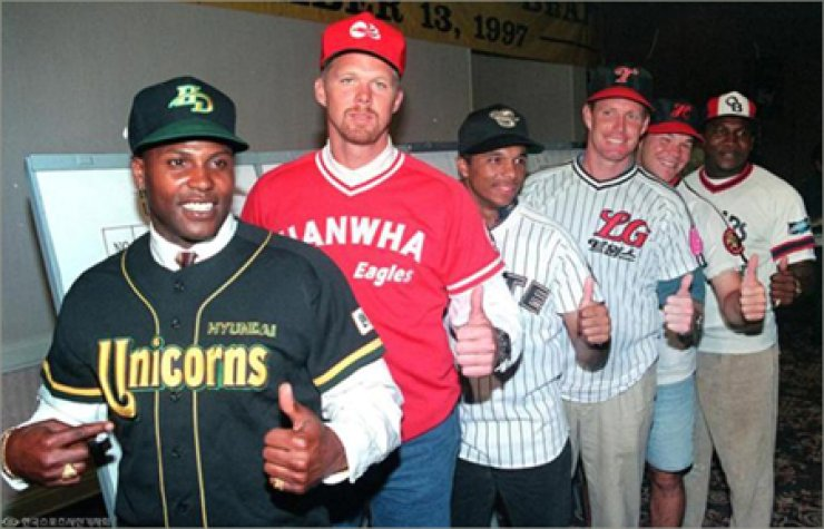 From left are Joe Strong, Mike Busch, Victore Cole, Mike Anderson, Shawn Hare and Tyrone Woods during the Korean Baseball Organization's first foreign player draft, in November 1997 in St. Petersburg, Fla./ Korea Times file