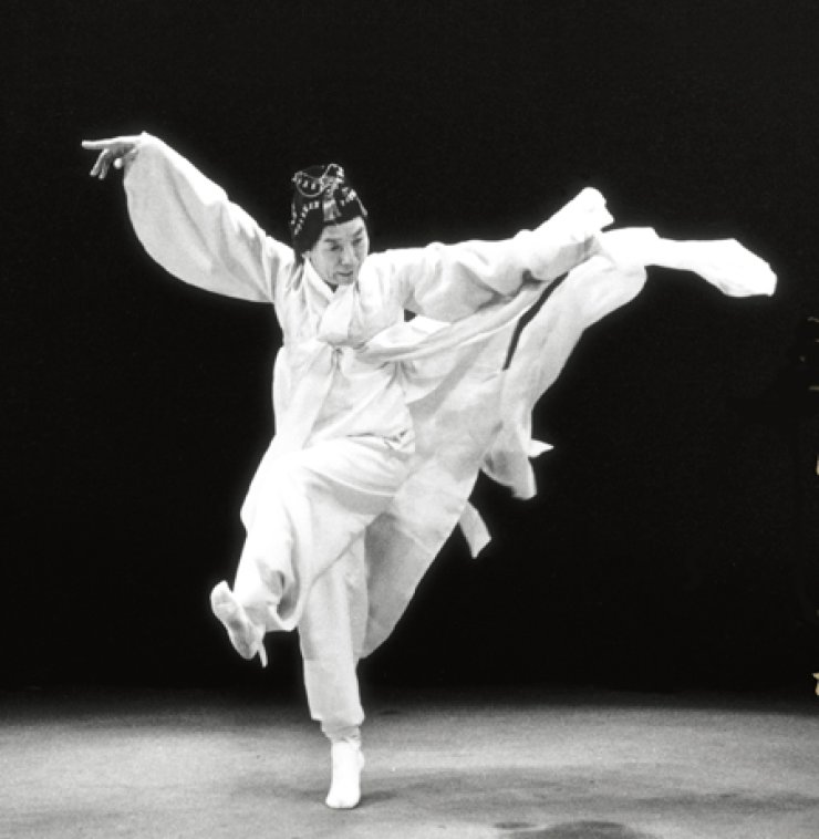 The late Lee Mae-bang (1927-2015) performs 'seungmu' in this 1985 file photo./ Korea Times