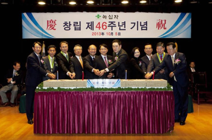Green Cross Corp. Chairman Huh Il-sup, center, holds a cake-cutting ceremony to celebrate the 46th anniversary of the pharmaceutical company's establishment at its headquarters in Yongin, Gyeonggi Province, Wednesday. The participants included company presidents Rhee Byung-geon, left, and Cho Soon-tae, third from right./ Courtesy of Green Cross Corp.