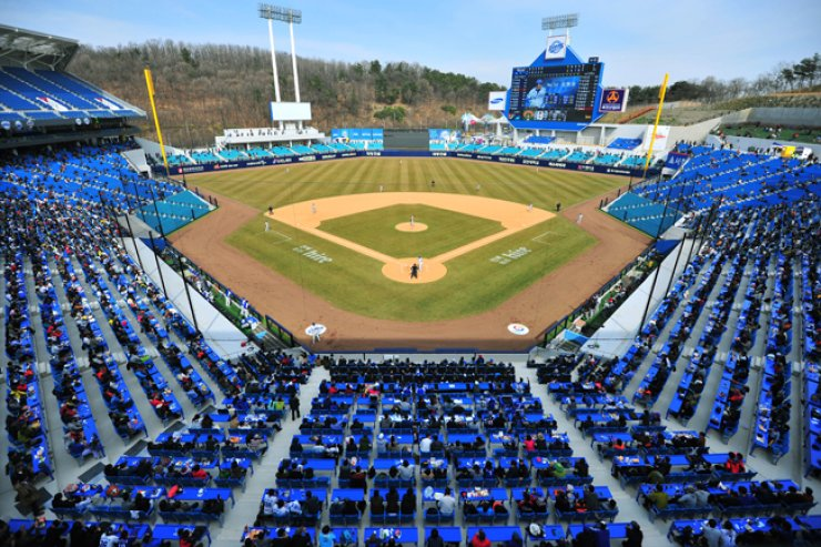 A spring training game played by the Samsung Lions and the LG Twins of the Korea Baseball Organization (KBO) at the newly built Daegu Samsung Lions Park, March 22. The KBO kicked off its new baseball seasonon Friday.  / Yonhap