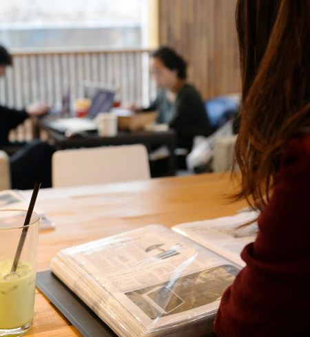 A college student studies for an upcoming exam at a Starbucks located near City Hall, downtown Seoul, Monday. Many increasingly find it easier to focus when studying at a coffee shop rather than at home or at a library. / Korea Times