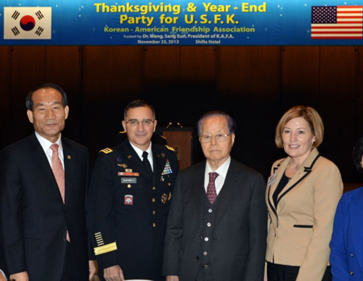 Wang Sang-eun, third from left, president of the Korean-American Friendship Association, poses with Gen. Curtis Scaparrotti, second from left, commander of the U.S. Forces Korea, Park Sung-choon, left, minister of Patriots and Veterans Affairs and Mrs. Scaparrotti during a Thanksgiving and year-end party for the USFK in Seoul, Monday. The event was organized by the Korean-American Friendship Association to express gratitude to U.S. service members for their commitment to the defense of Korea. / Korea Times photo by Shim Hyun-chul