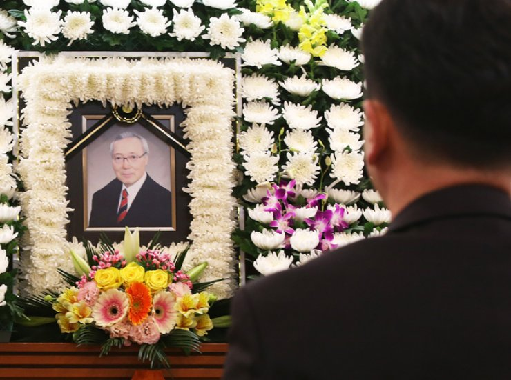 A mourner pays respects to the late Huh Moon-do, who served in core government positions during the Chun Doo-hwan government in the 1980s, at a memorial altar set up at the Seoul National University Bundang Hospital in Gyeonggi Province, Monday. / Yonhap