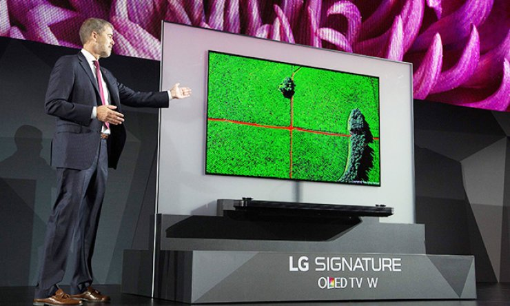 LG Electronics' Vice President of Marketing David VanderWaal presents the LG SIGNATURE OLED TV W at the LG press conference at the 2017 Consumer Electronics Show (CES) in Las Vegas, Nev. Wednesday. / AFP-Yonhap