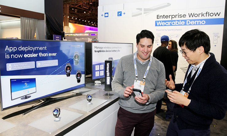 Samsung SDS officials try its new security platform, the wearable Enterprise Mobility Management (EMM), at the exhibition hall during the Consumer Electronics Show (CES) in Las Vegas, Thursday. / Courtesy of Samsung SDS