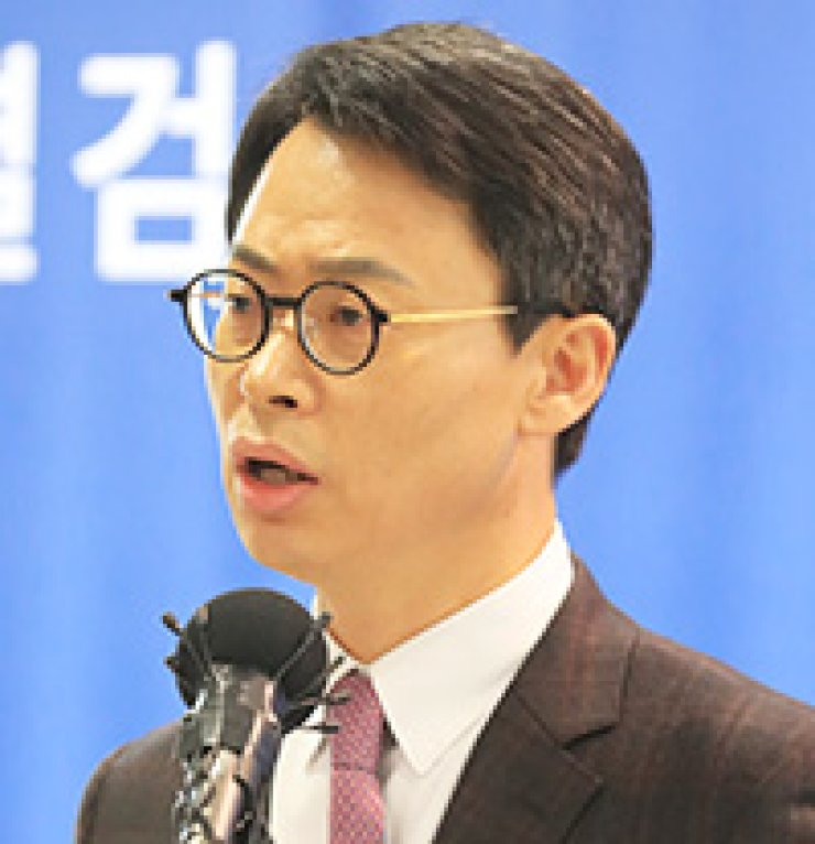 Lee Kyu-chul, spokesman of the independent counsel team, announced at a press briefing at the team's office in Seoul, Tuesday, that it had secured a second tablet PC belonging to President Park Geun-hye's confidant Choi Soon-sil, which contains emails on the merger of Samsung affiliates. / Yonhap