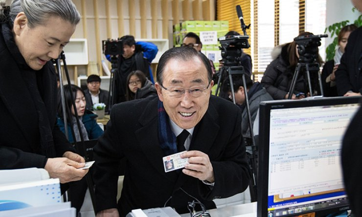 Former U.N. Secretary-General Ban Ki-moon and his wife Yoo Soon-taek receive their resident ID cards at a community center in Sadang-dong, Dongjak-gu in southern Seoul, Friday. / Korea Times Photo by Shin Sang-soon