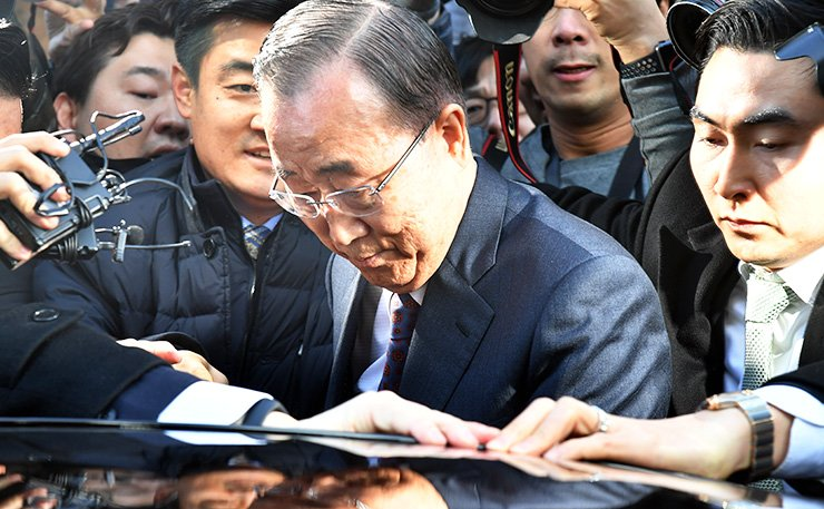 Former U.N. Secretary-General Ban Ki-moon gets in his car after holding a press conference at the National Assembly, Wednesday, to announce he will not run in the presidential race. / Korea Times photo by Bae Woo-han